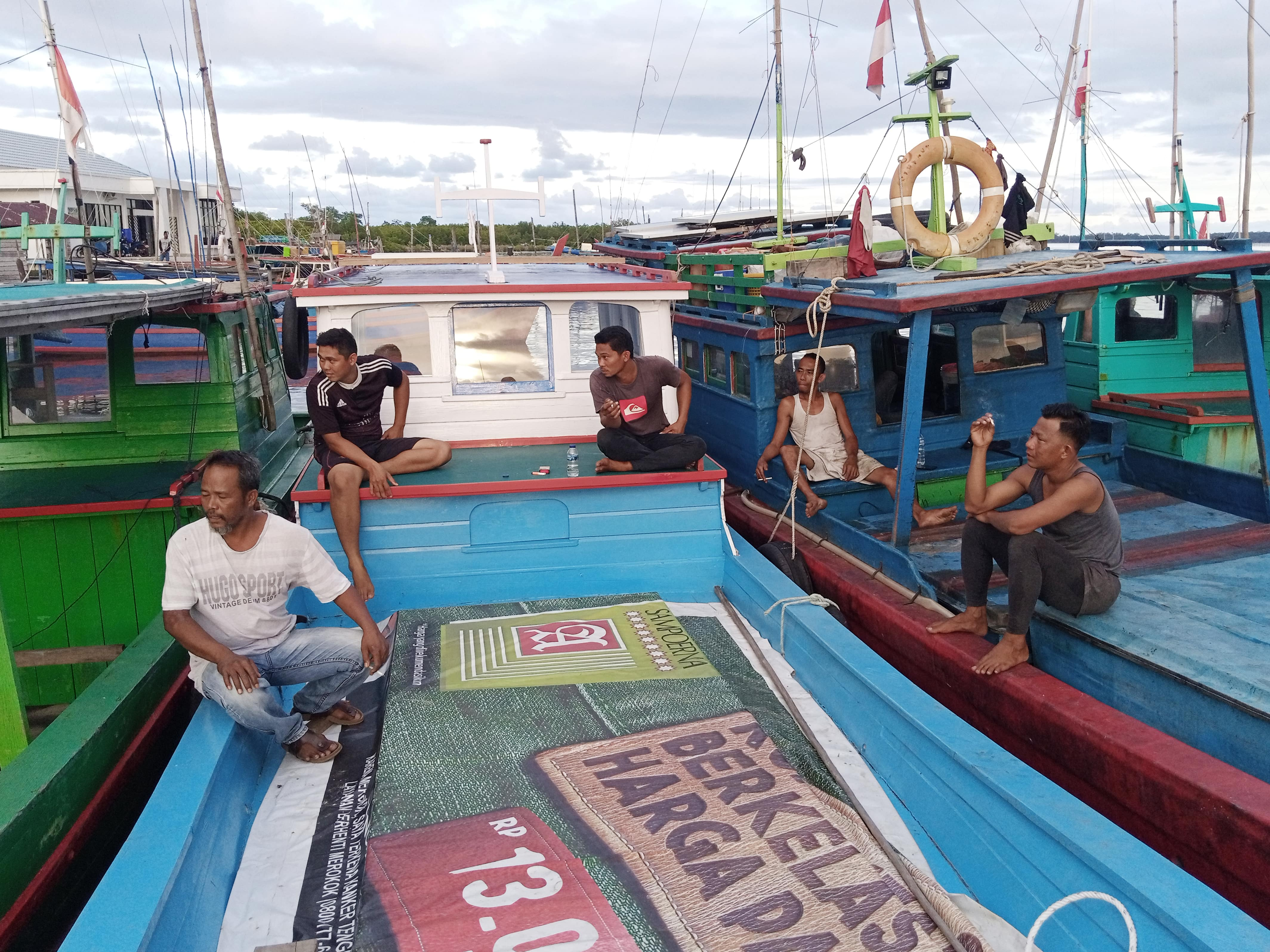 Fishermen's activities at the Natuna port, Riau Islands Province, April 28, 2021. Natuna fishermen are the victims of low fish catches due to the massive number of foreign fishing vessels stealing fish in the island's waters. Photo / Yogi Eka Sahputra