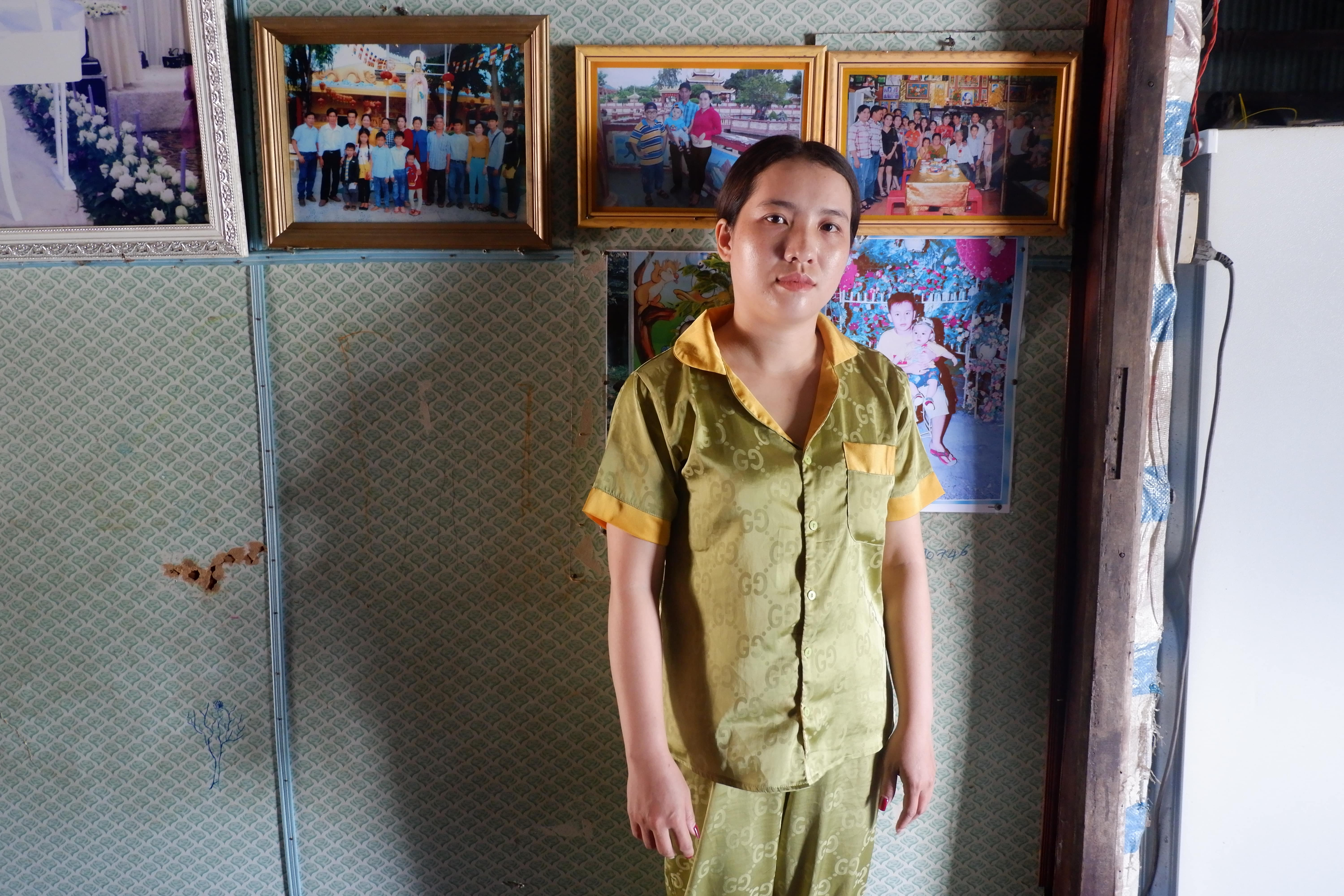 Dinh Thi Thuy Hang, Huy's wife. Behind Hang are her family photos. At that time, she was waiting in vain for her husband's return. Photo / Vo Kieu Bao Uyen