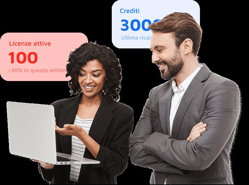 Donna con computer grigio in mano che sta in dicando la schermata ad un uomo con le braccia incrociate sul petto, circondati dalle funzionalità della dashboard riservate ai Partner come le Licenze Attive ed i crediti.