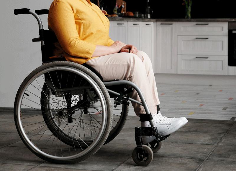 Donna seduta su una sedia a rotelle