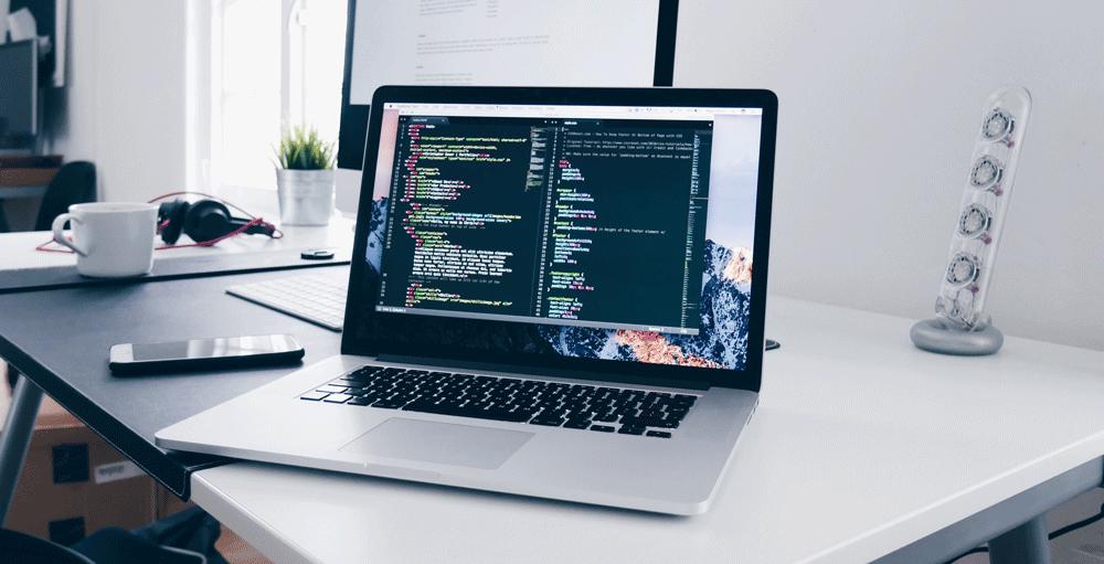 Schermo di un computer con programma editore di codice sorgente