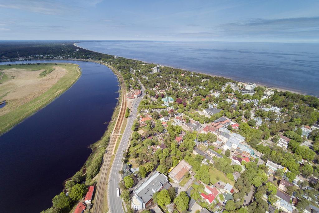 Foto aerea di Jurmala, città di mare accessibile a turisti con disabilità