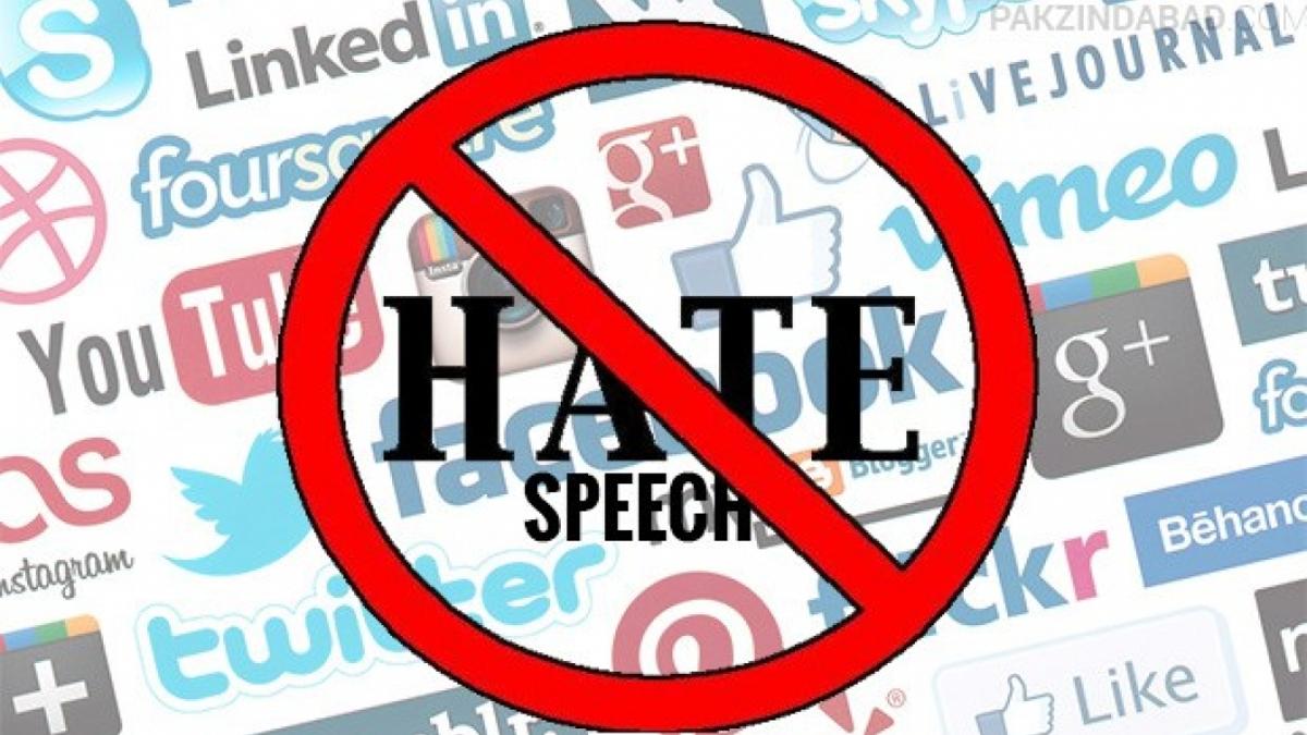 """Scritta """"Hate speech"""" all'interno del simbolo stradale di divieto. Sullo sfondo i loghi dei principali social network."""