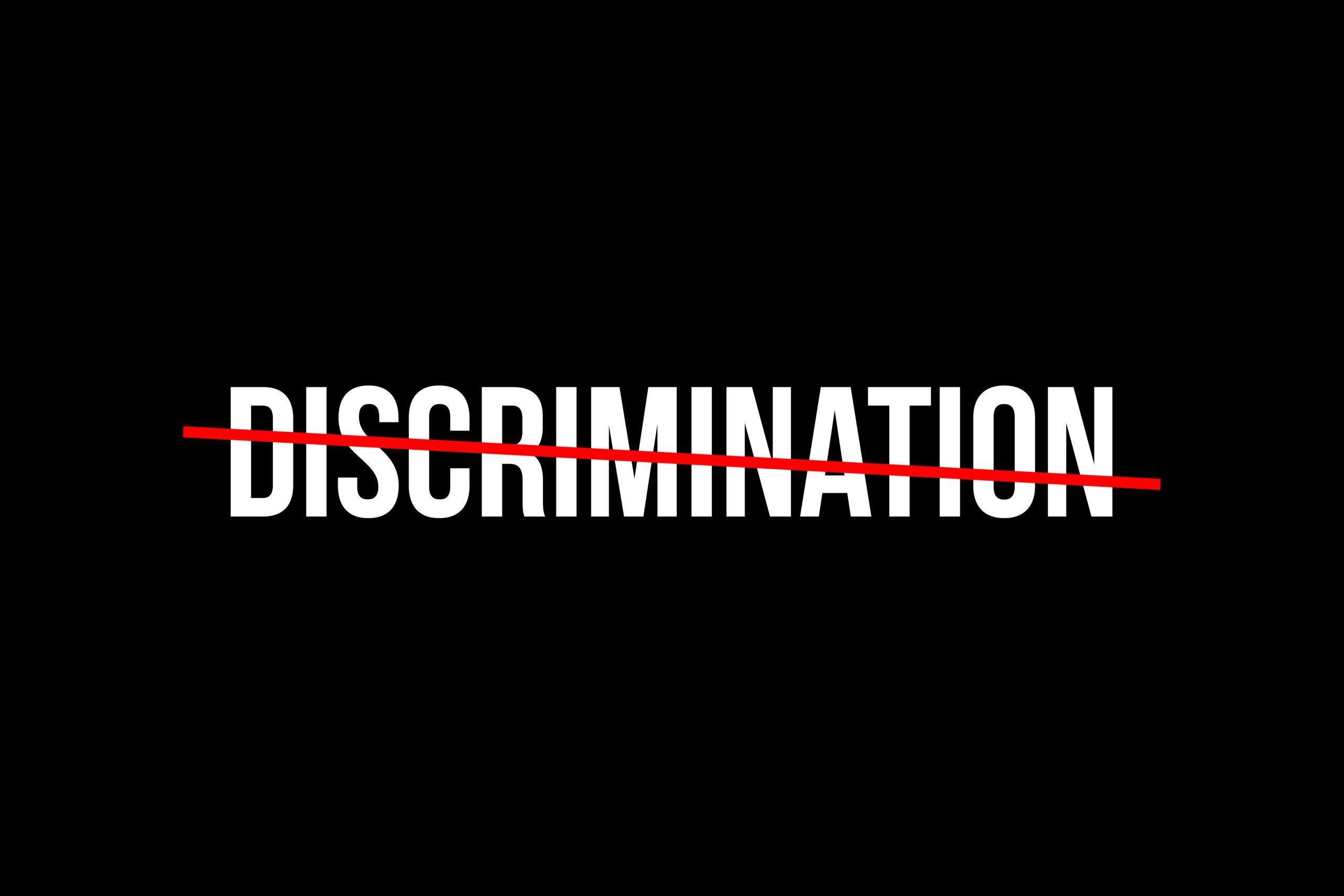 """Scritta """"Discrimination"""" bianca su sfondo nero, barrata in rosso"""