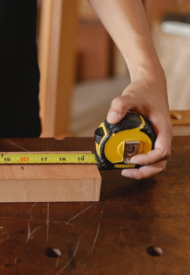 Mètre prennant des mesures sur bois