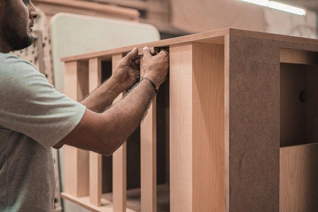 travail à la main d'un artisan menuisier