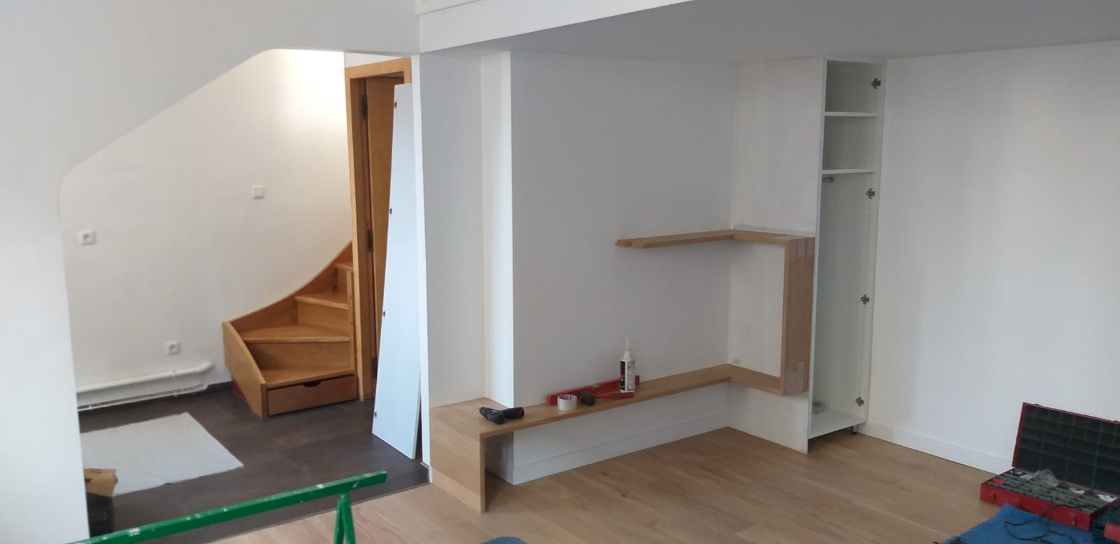 Photo d'un agencement de mobilier en bois en cours