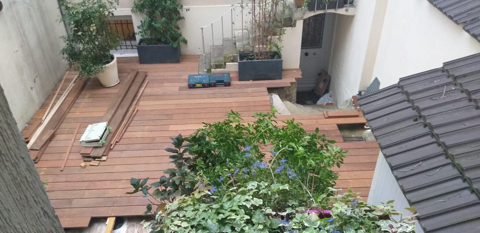 Finalisation de travaux d'une pose de terrasse en parquet