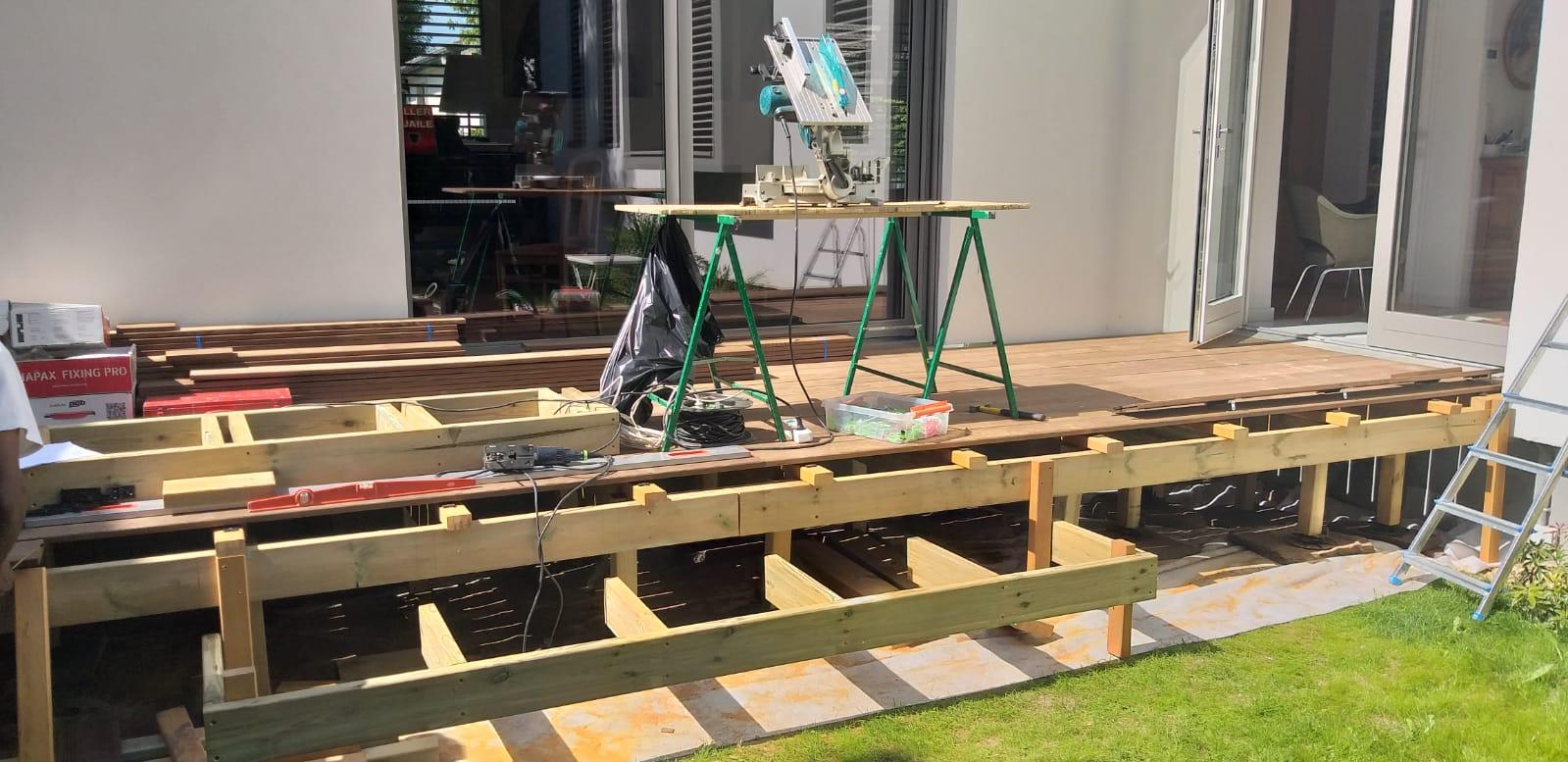 Matériel de travaux de menuisier posé sur une terrasse en construction
