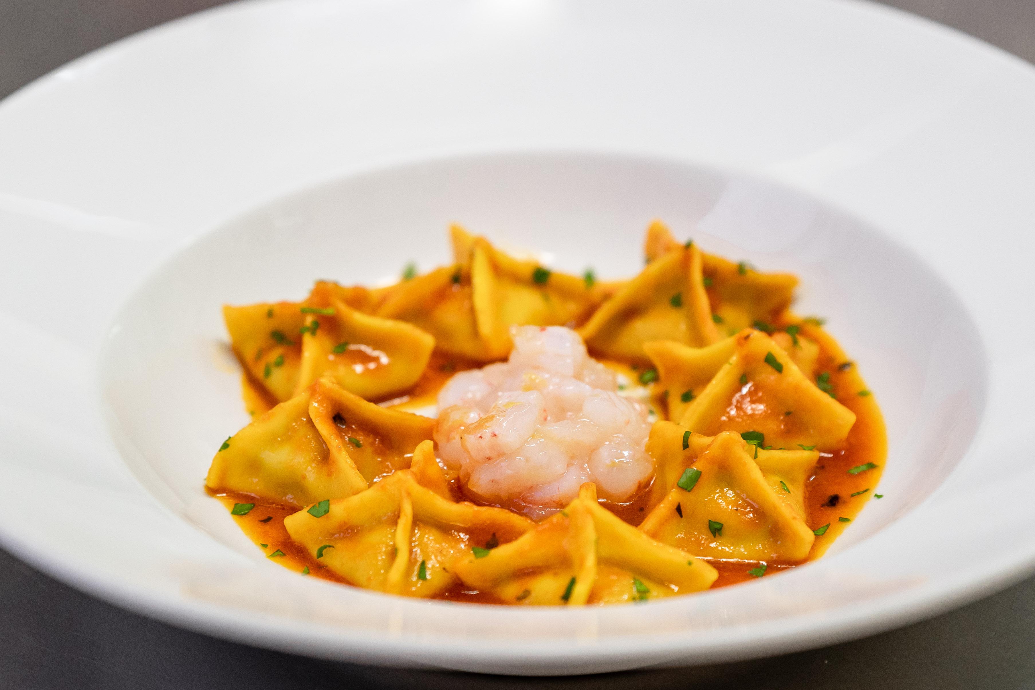 Fagottini ripieni di melanzane con crudo di gamberi del Tirreno, all'Osteria Torre di Populonia, ristorante di pesce a km zero in Toscana.