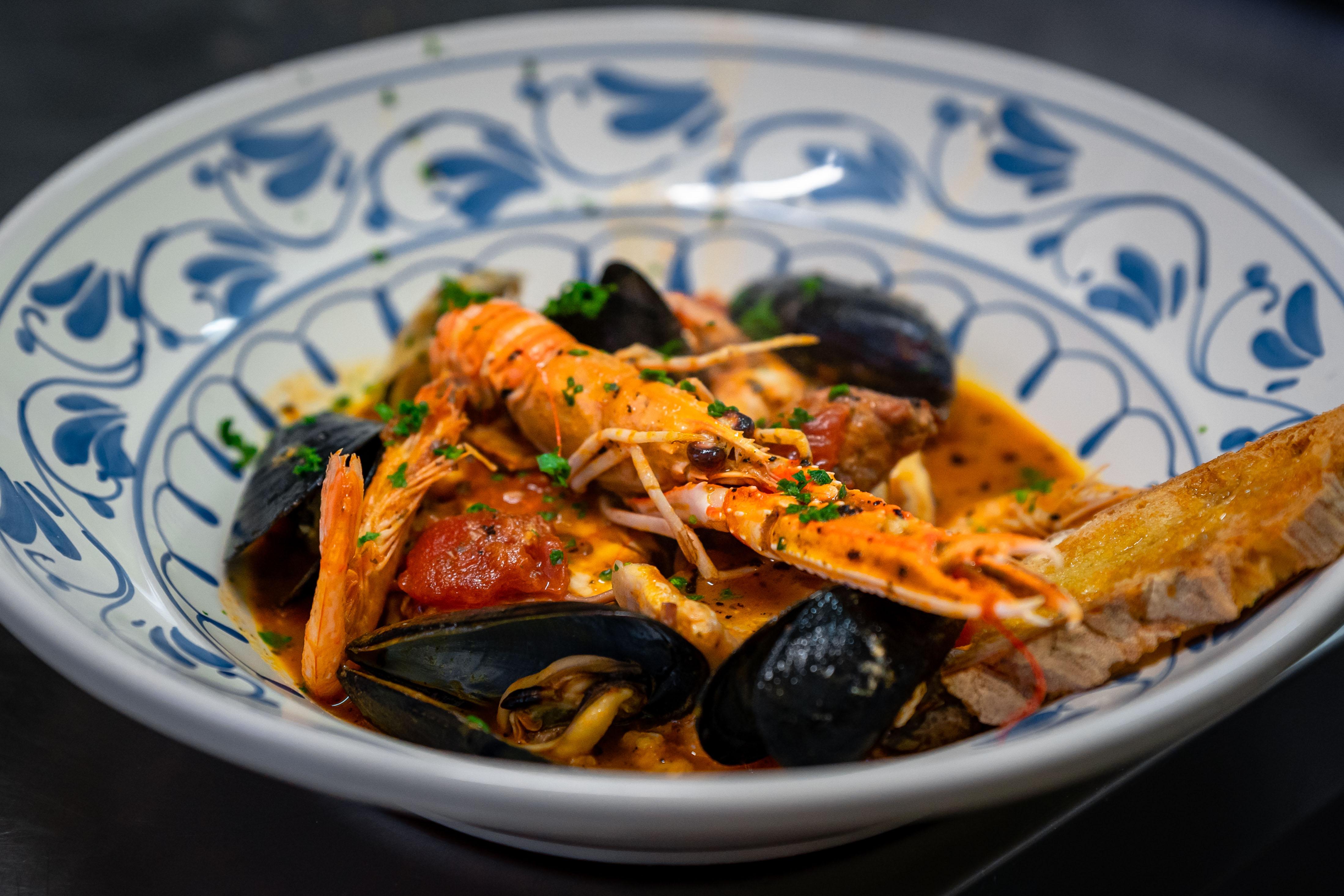 Non è caciucco, ovvero la zuppa di pesce a modo nostro, all'Osteria Torre di Populonia, ristorante di pesce a km zero in Toscana.