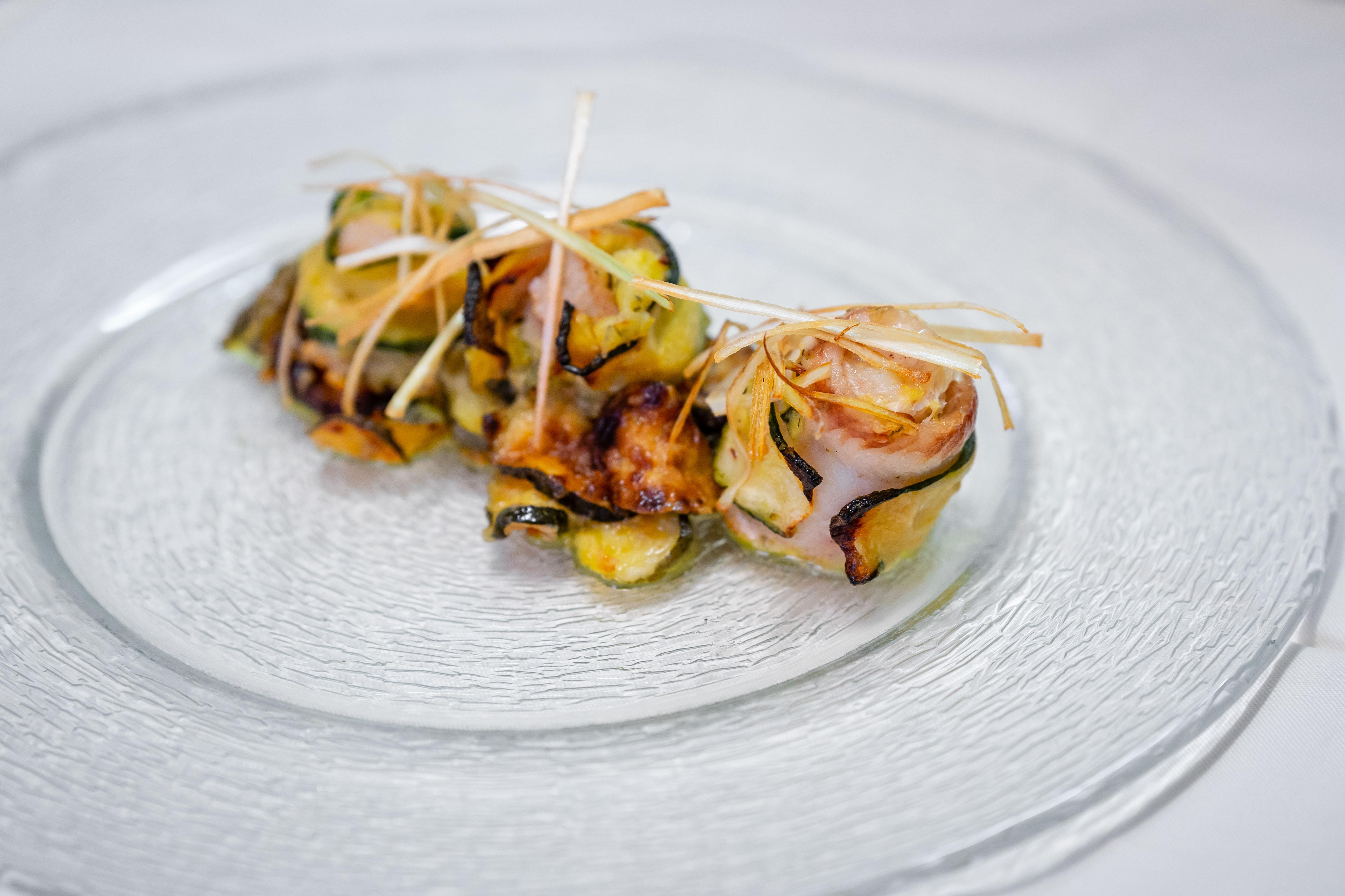 Involtini di sogliola con scapece di zucchine e porri croccanti all'Osteria Torre di Populonia, ristorante di pesce a km zero in Toscana.