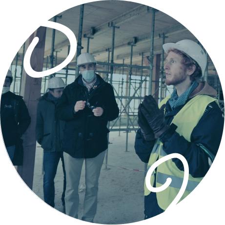 Fantin qui explique la construction de l'usine