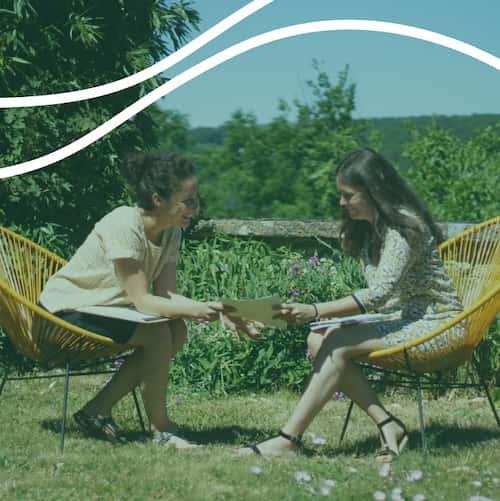 Eve et Valérie qui discutent dans le jardin du gite