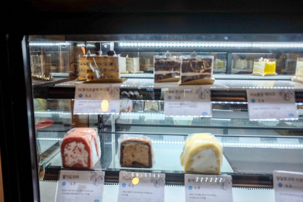 vegan-bakery-the-bread-blue-seoul-storefront-cake-roll