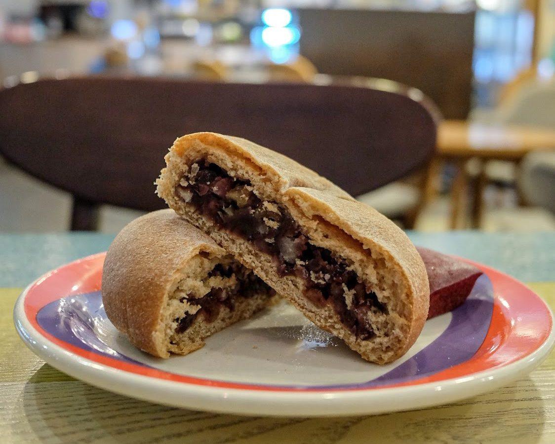 vegan-bakery-the-bread-blue-seoul-storefront-red-bean-bun