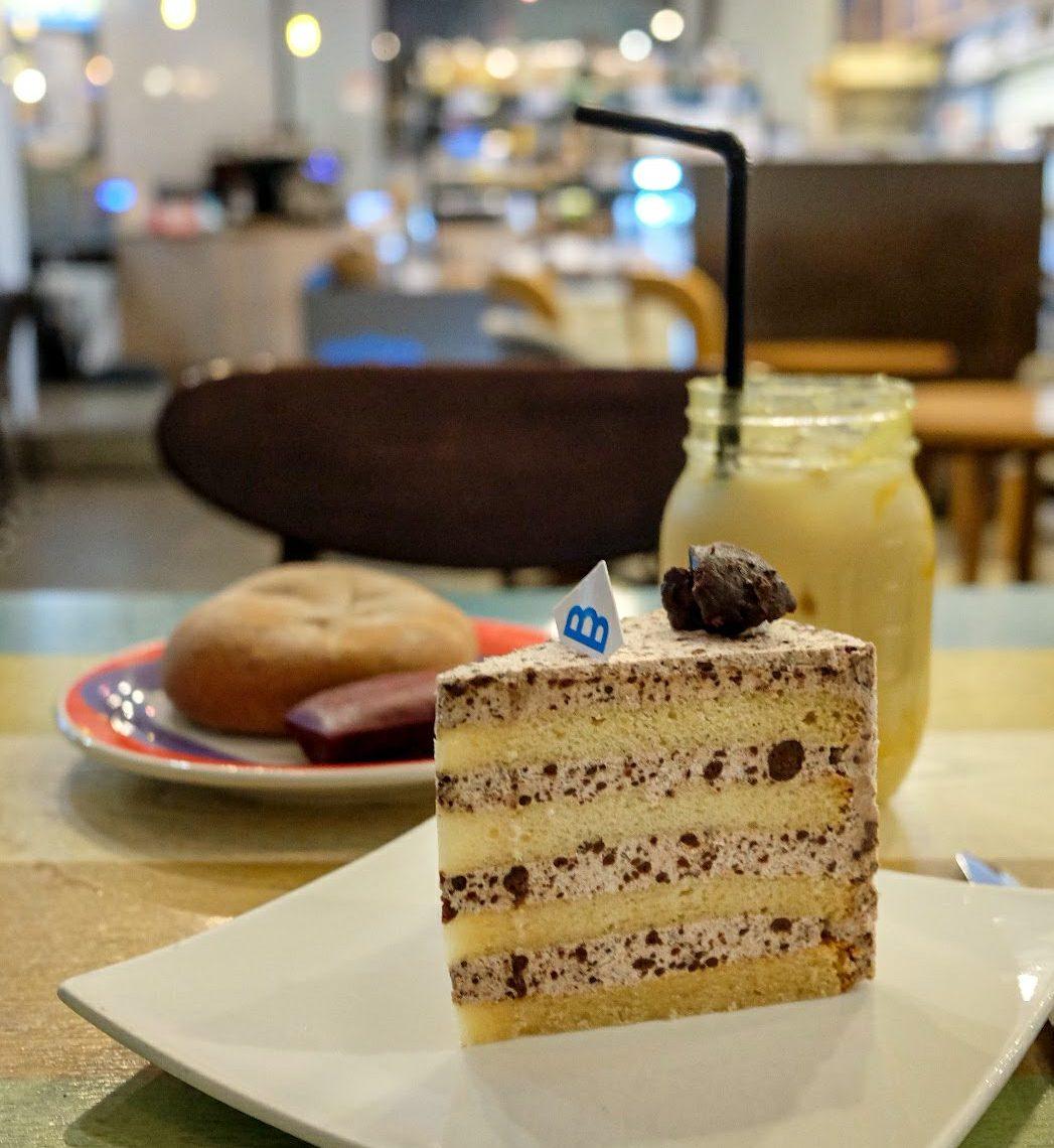 vegan-bakery-the-bread-blue-seoul-storefront-cookie-cream-cake