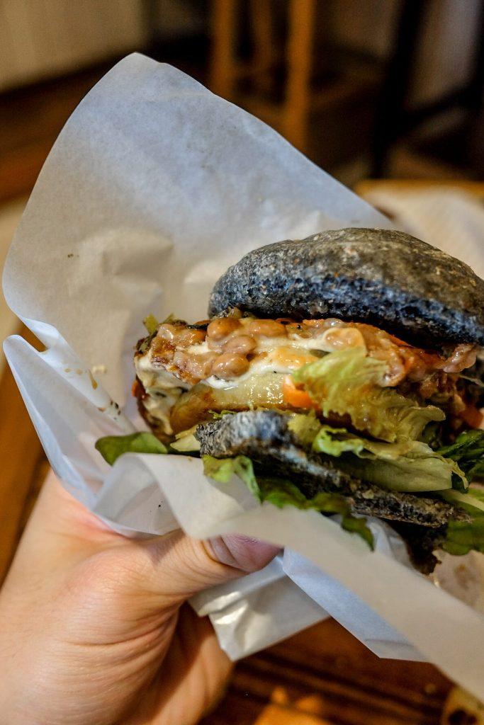 vegan-tokyo-guide-veganic-to-go-natto-burger-3