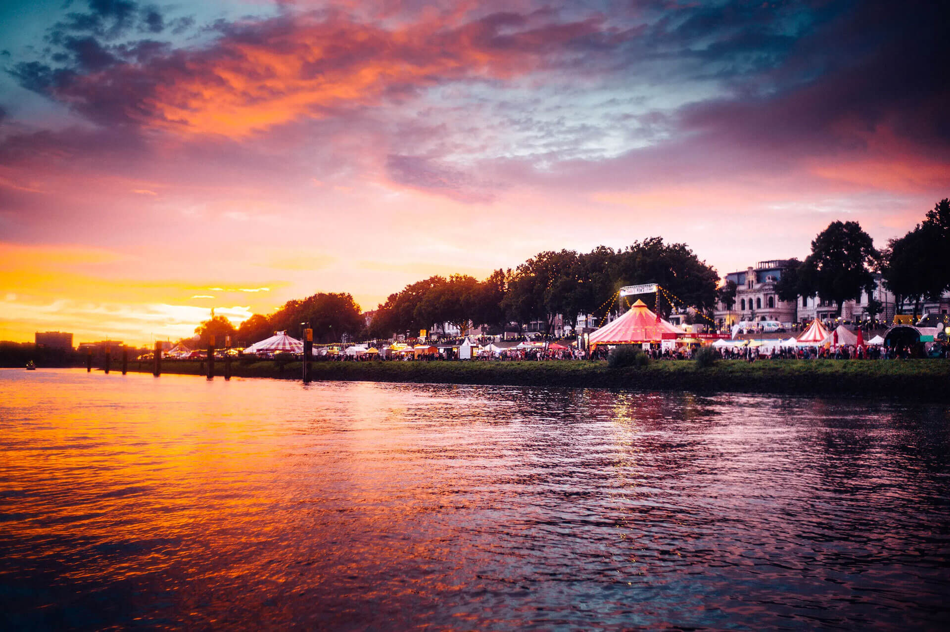Bremer Osterdeich während der Breminale mit Sonnenuntergang
