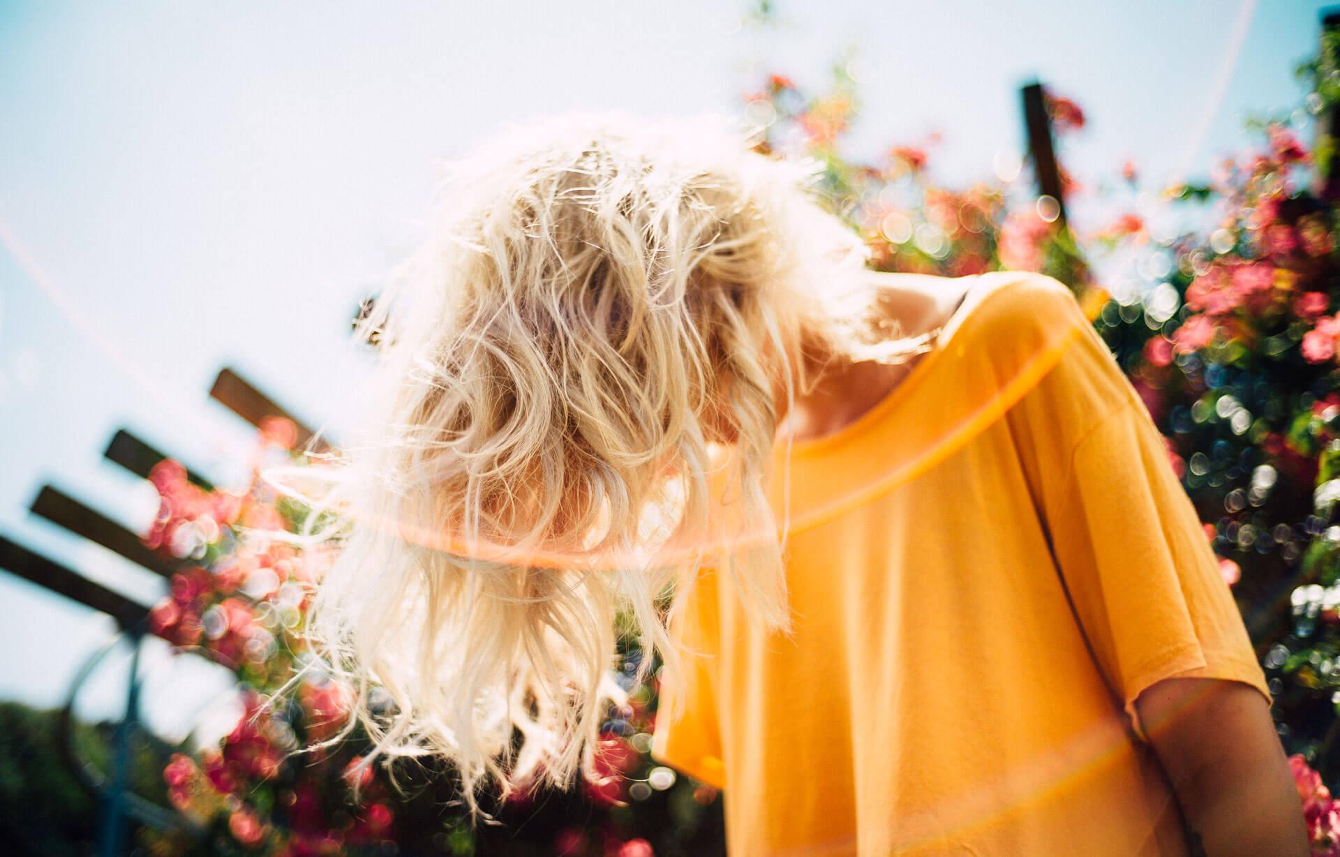 Junge Frau lässt die Haare nach vorne fallen