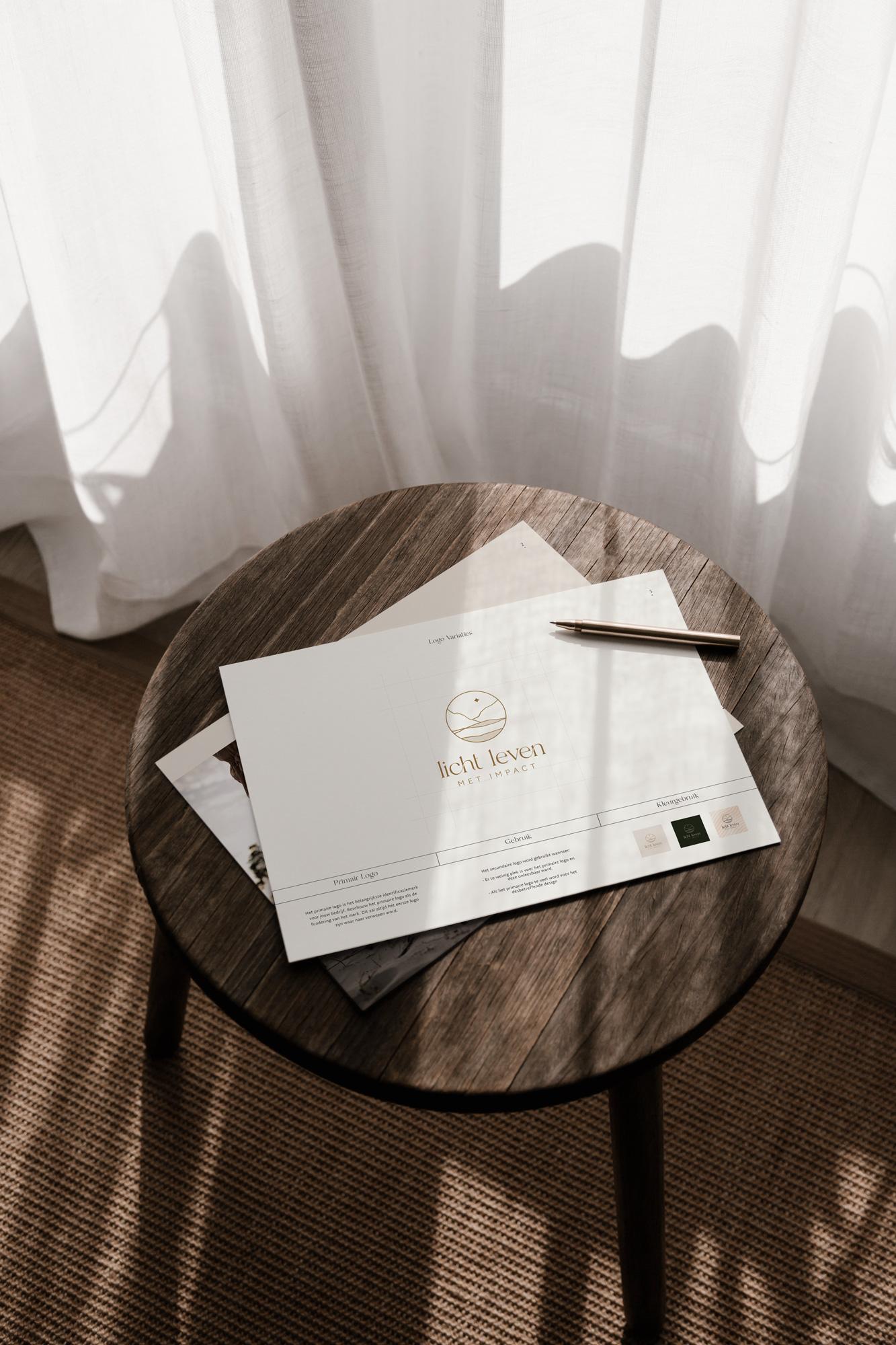 Allicante fotografie met daarin een paar bladzijdes uit het Brand Book van Licht Leven Met Impact