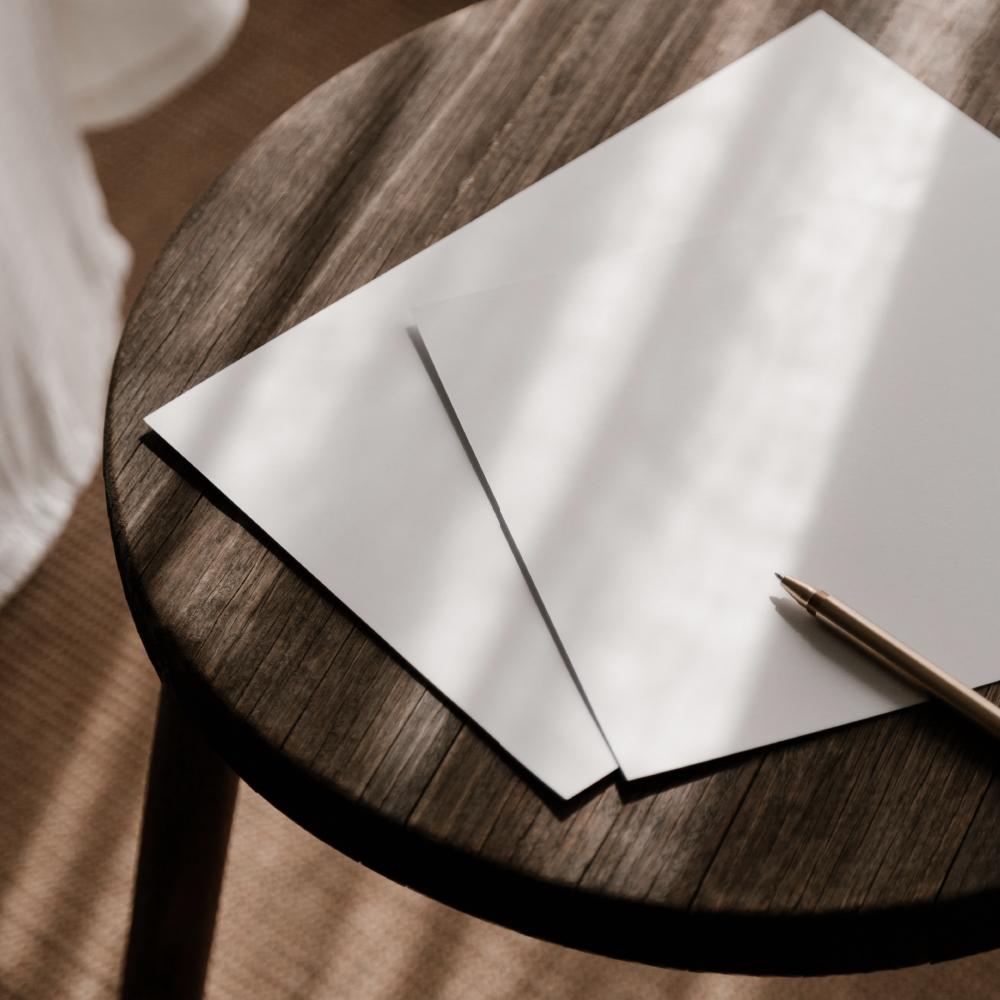 Allicante fotografie van een tafel, pen en papier