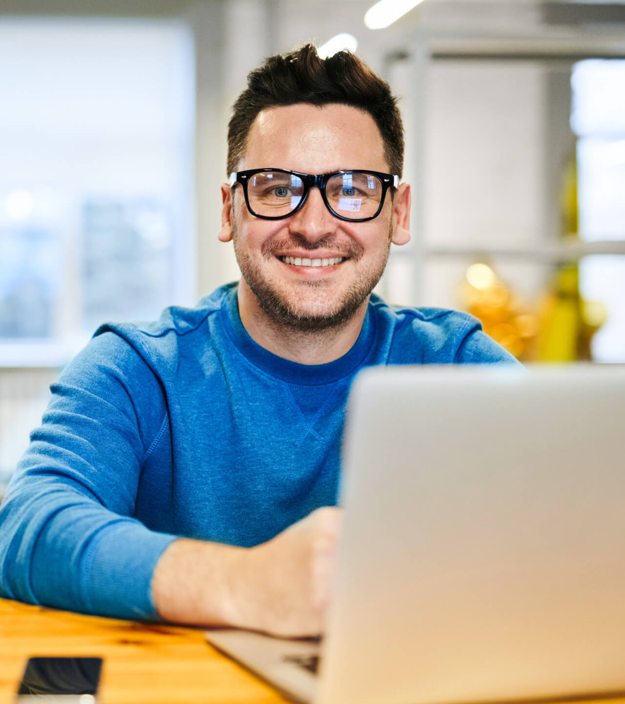 Man achter een laptop.