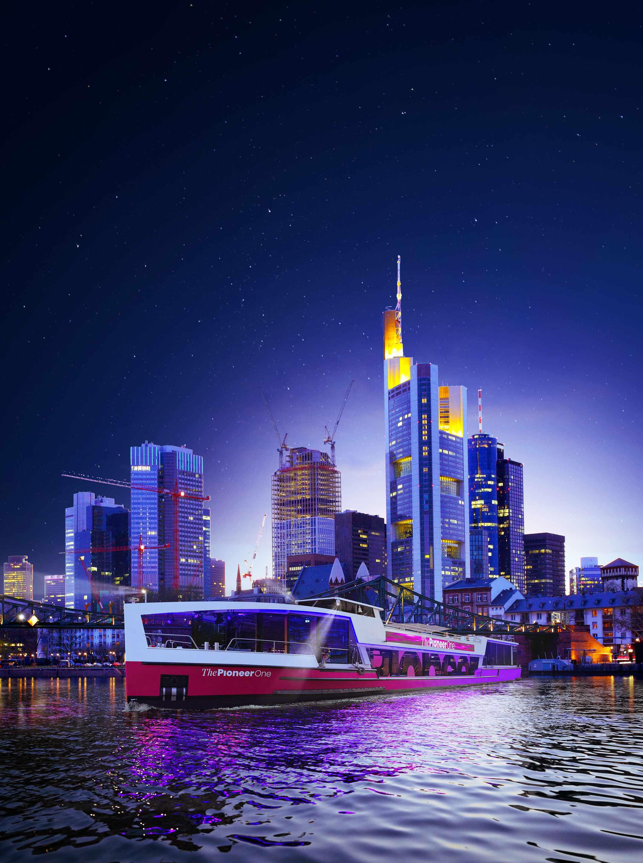 Medienschiff ThePioneerOne vor Skyline von Frankfurt