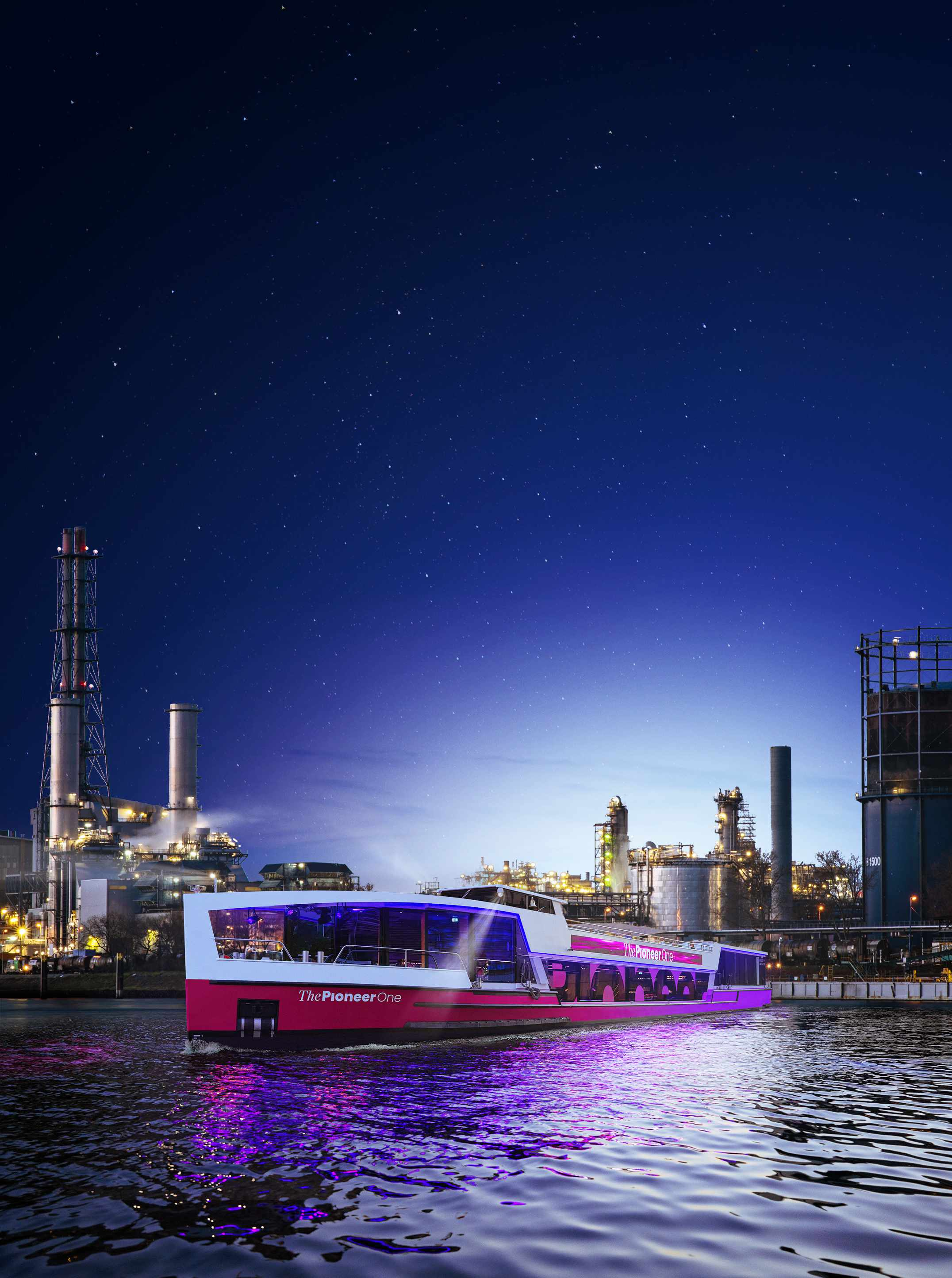 Medienschiff ThePioneerOne vor Skyline von Ludwigshafen