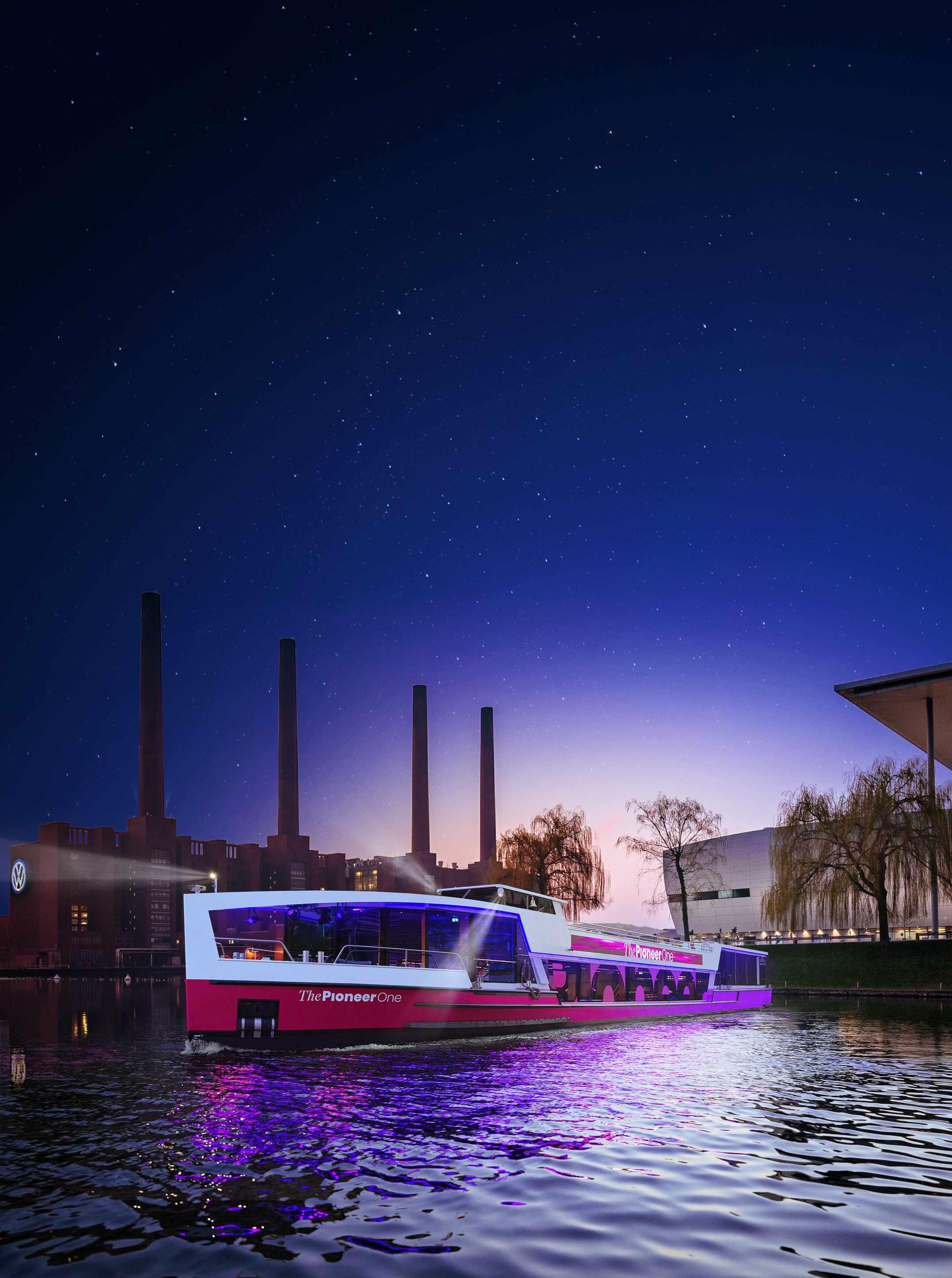 Medienschiff ThePioneerOne vor Skyline von Wolfsburg