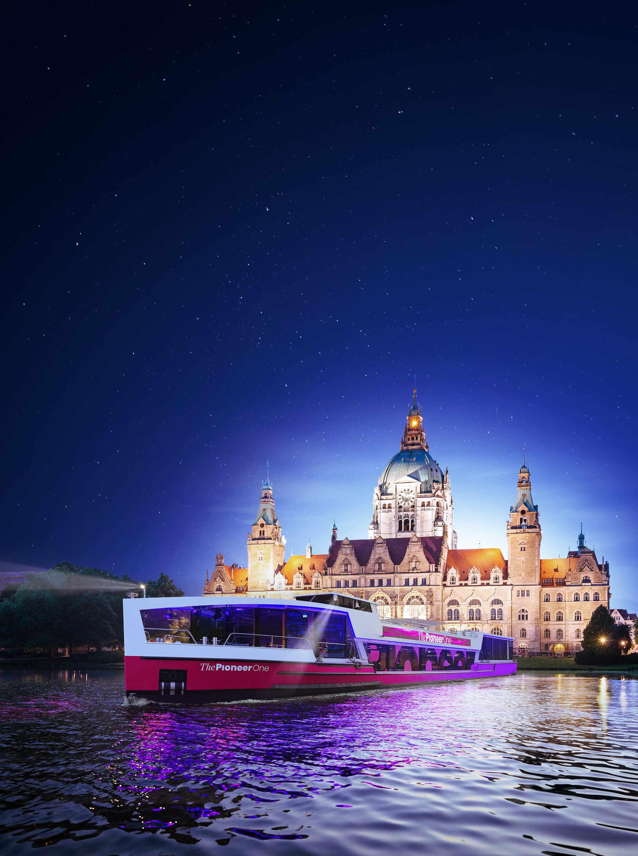 Medienschiff ThePioneerOne vor Skyline von Hannover