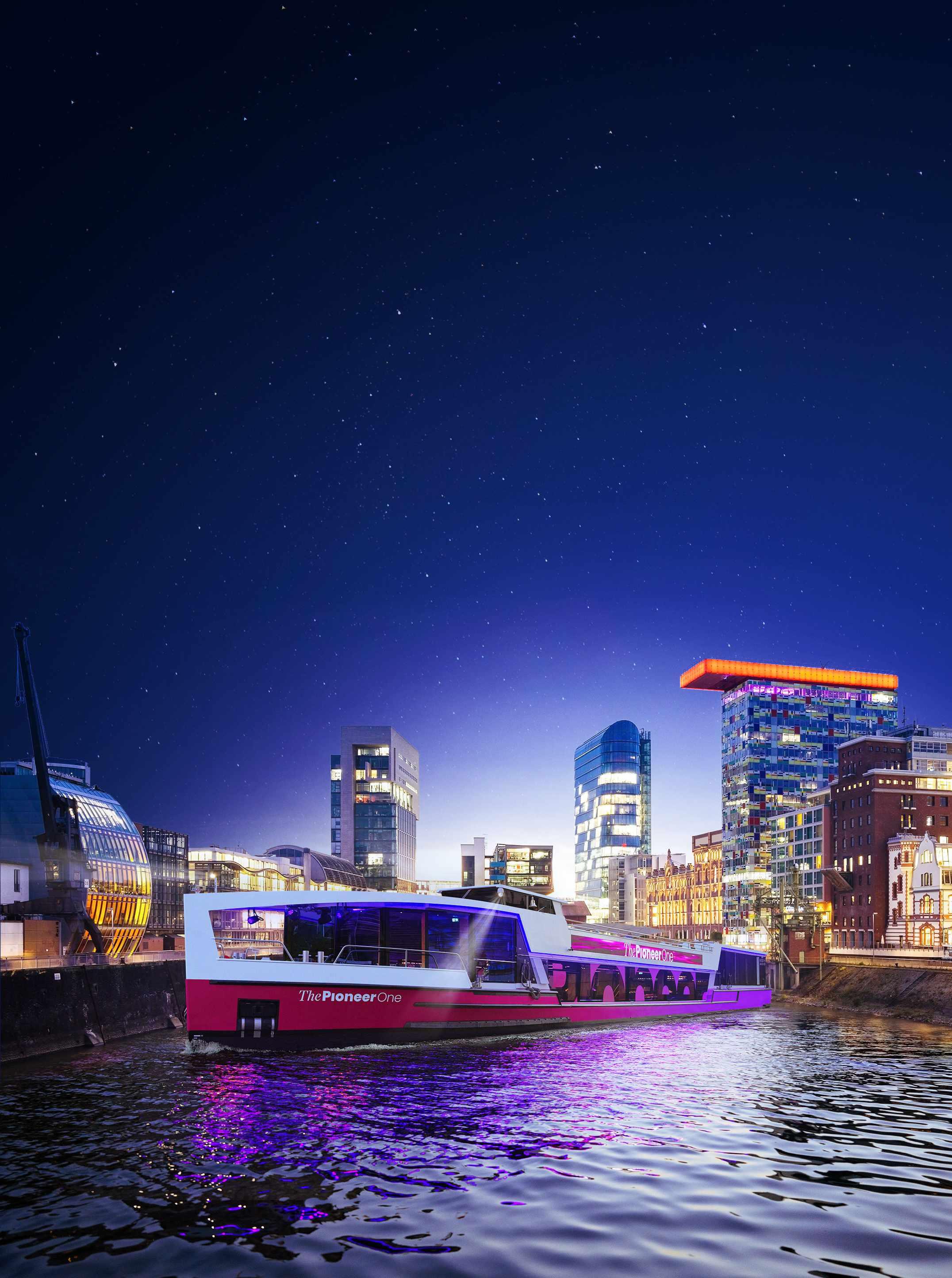 Medienschiff ThePioneerOne vor Skyline von Düsseldorf