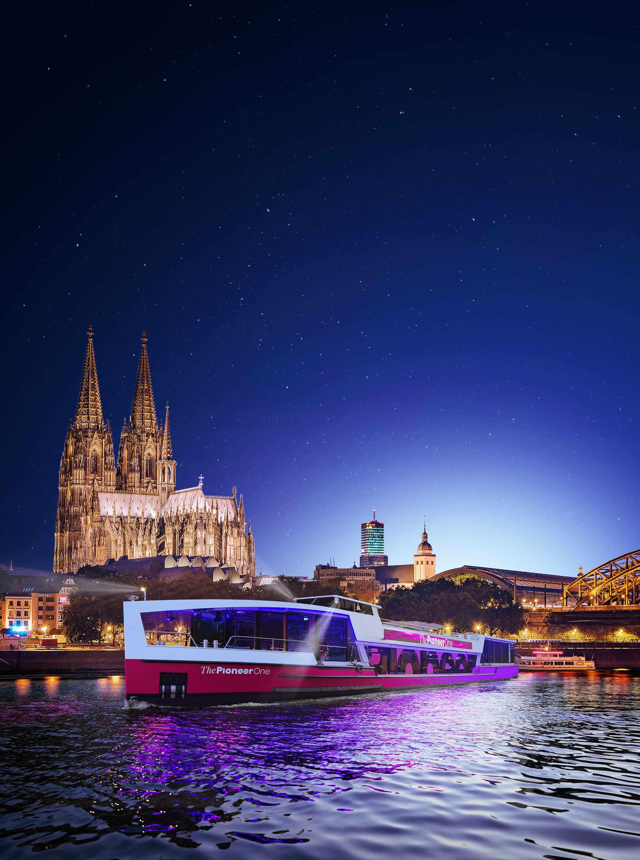 Medienschiff ThePioneerOne vor Skyline von Köln