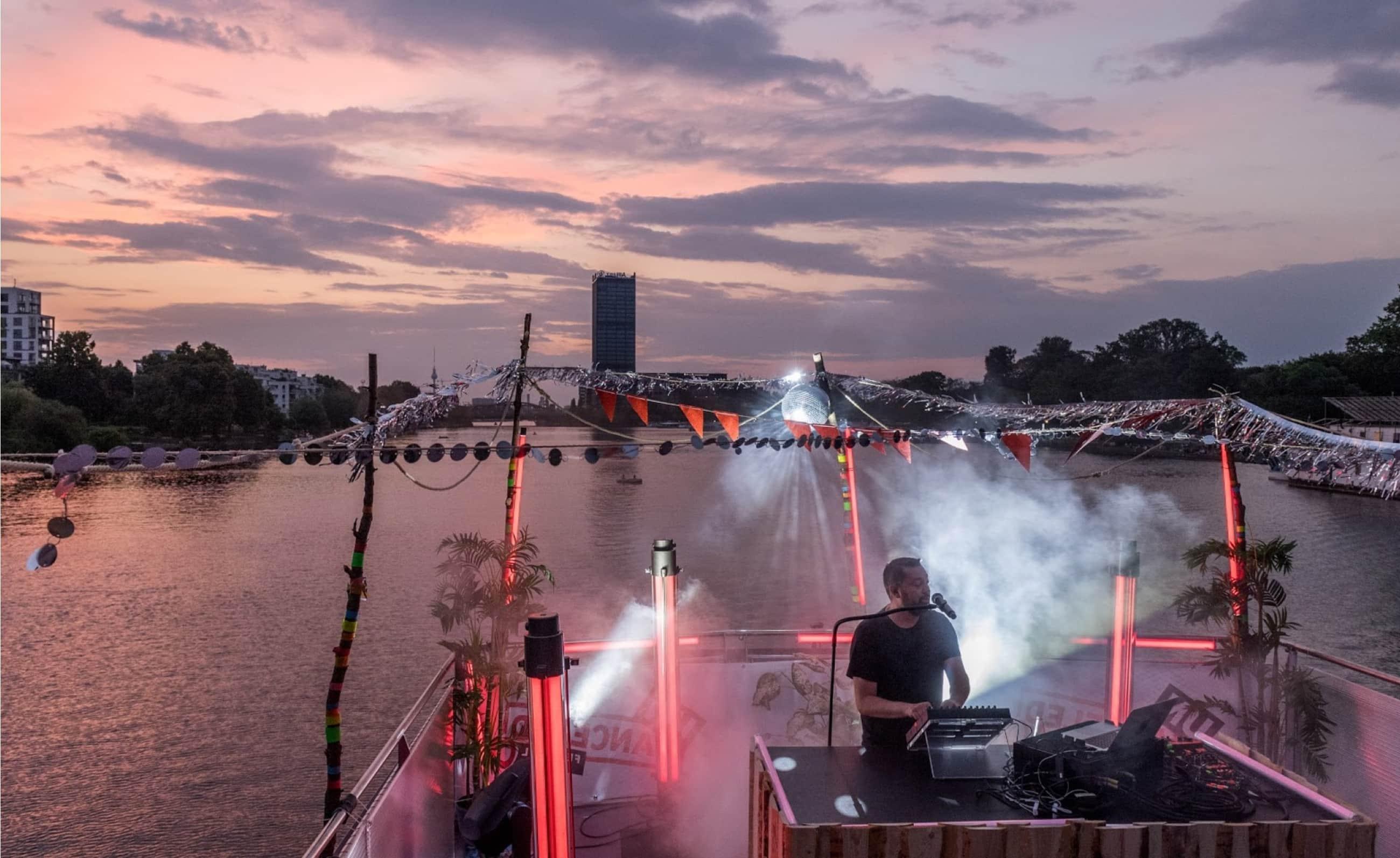 DJ auf Medienschiff mit Sonnenuntergang