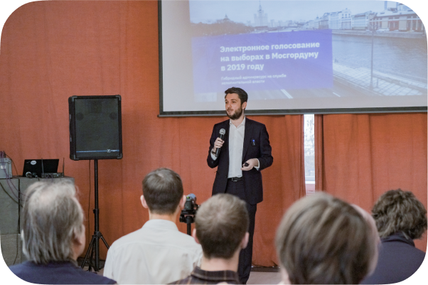 Роман Юнеман выступает на презентации доклада