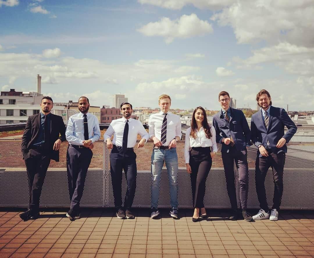 Teamet bakom Attefall24 står på kontorets terrass