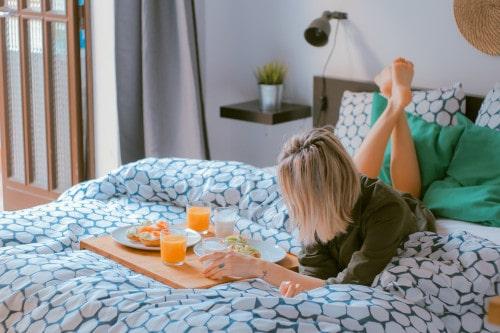 Image d'une femme sur un lit dans un hôtel