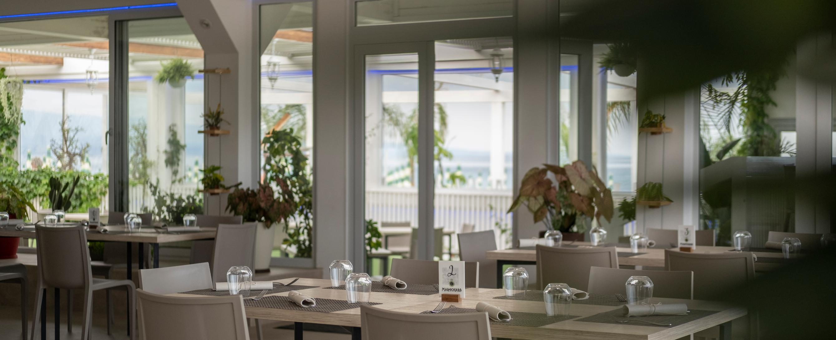 Situato sul lungomare di Soverato si presenta completamente rinnovato.Esaltando ancora di più la veranda sul mare e l'angolo aperitivo con comode sedute. Ristorante, pizzeria, cocktail bar e servizio spiaggia. Confortevole di giorno e suggestivo la sera, con possibilità di organizzazione eventi .