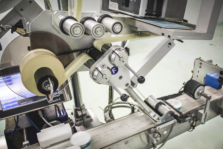 Bild på etikett-maskinen i Gotlandssnus fabrik