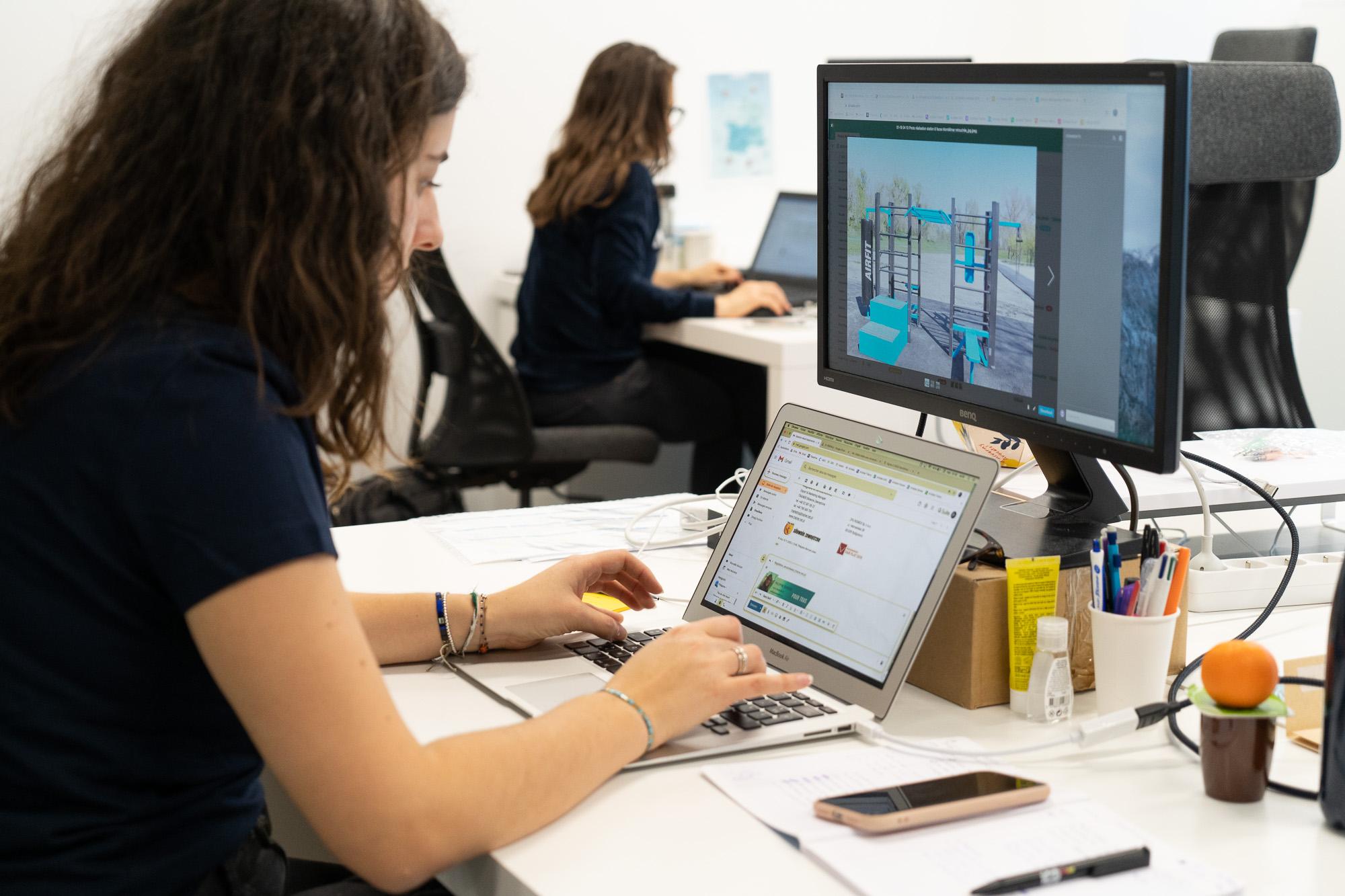 Collaboratrice travaillant sur un ordinateur