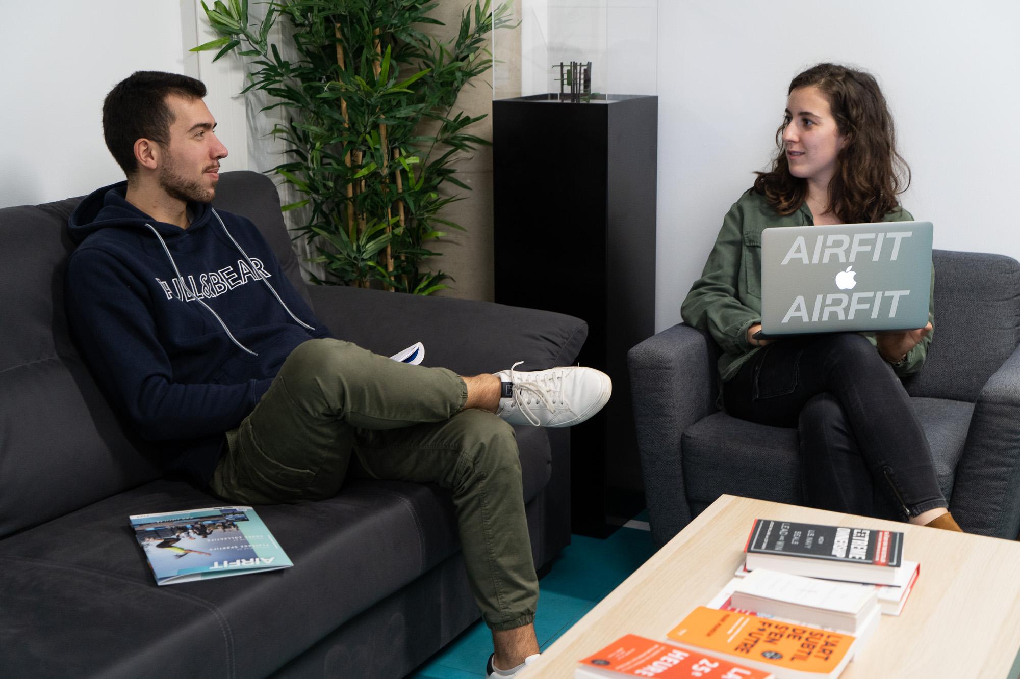 Deux collaborateurs discutent dans leurs bureaux