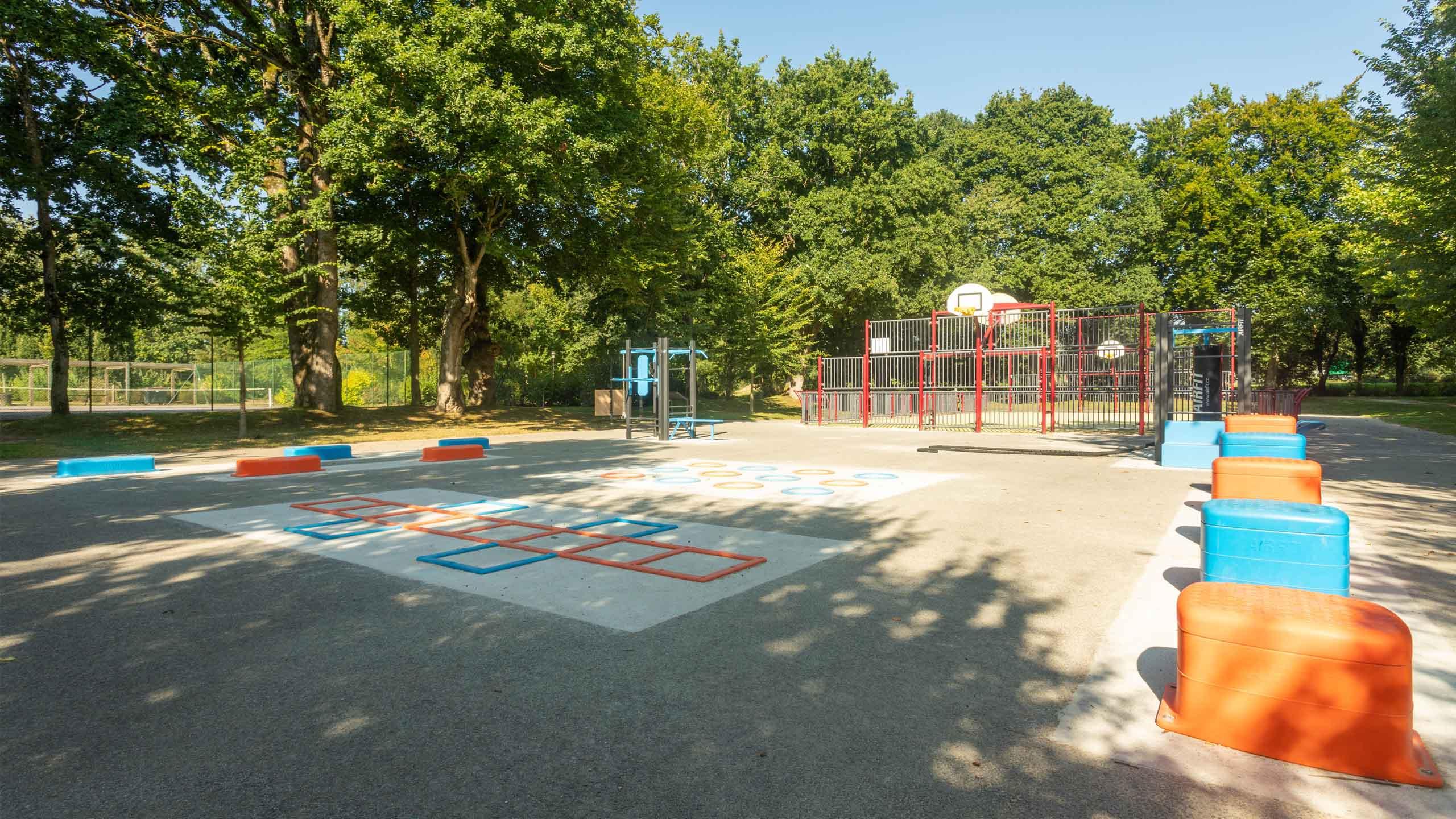 Photo de l'aire de fitness de Loudéac (22) dans le Parc Aquarev à proximité d'un City-Stade