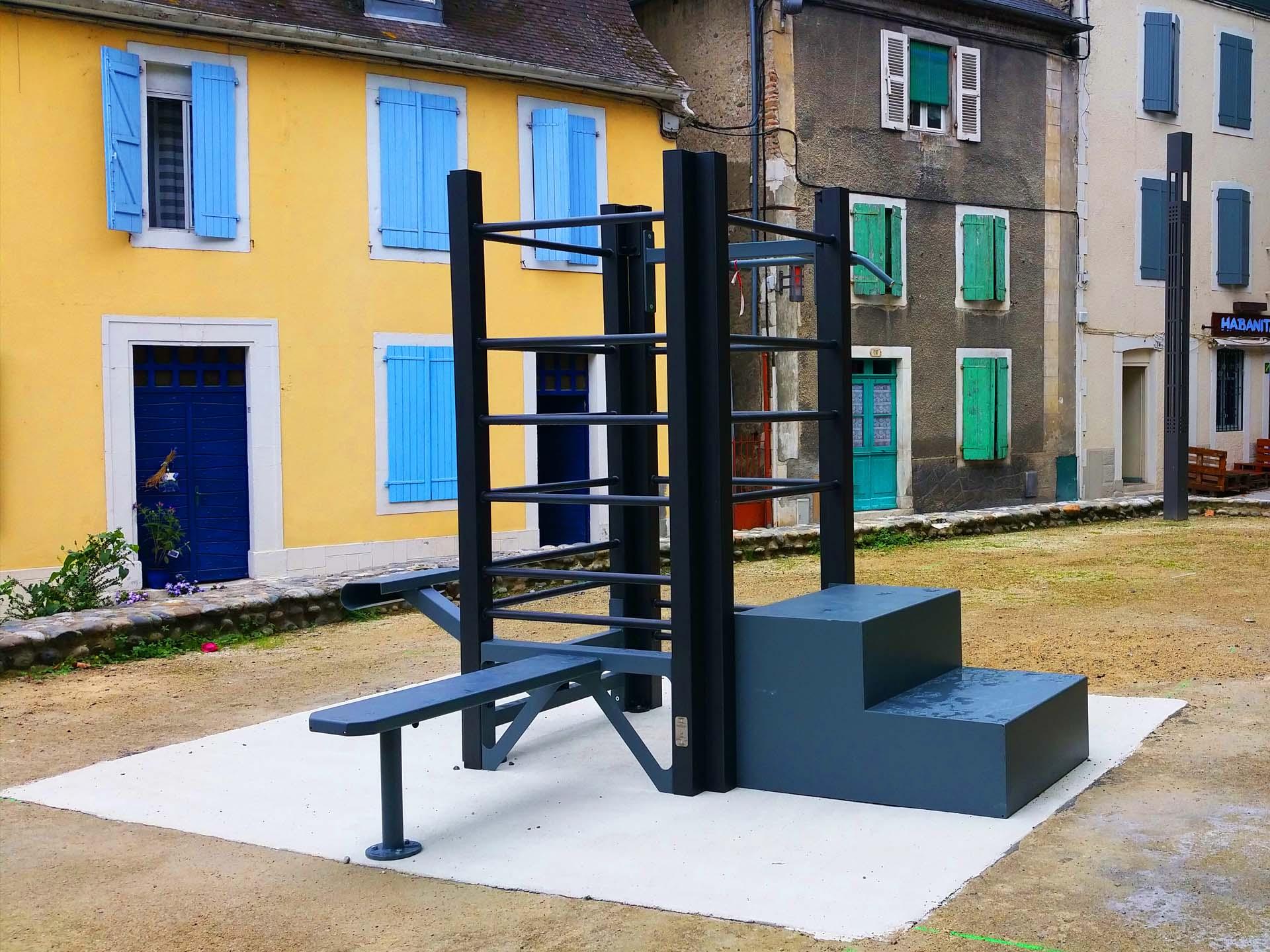 Photo de l'aire de fitness AirFit face à la salle d'arme de Pau