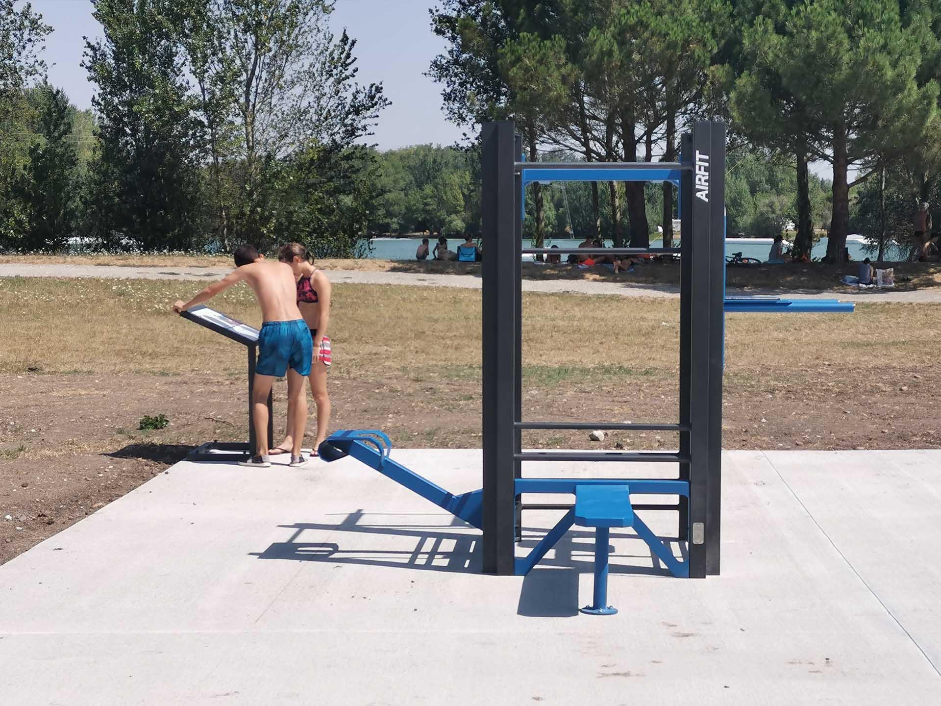 Photos de sportifs, lisant le panneau des équipements sportifs de Bram