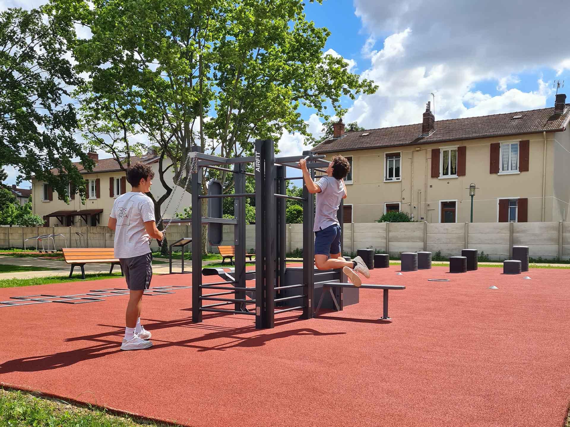 Photos de 2 jeunes sportifs sur une aire de fitness AirFit à Saint Priest