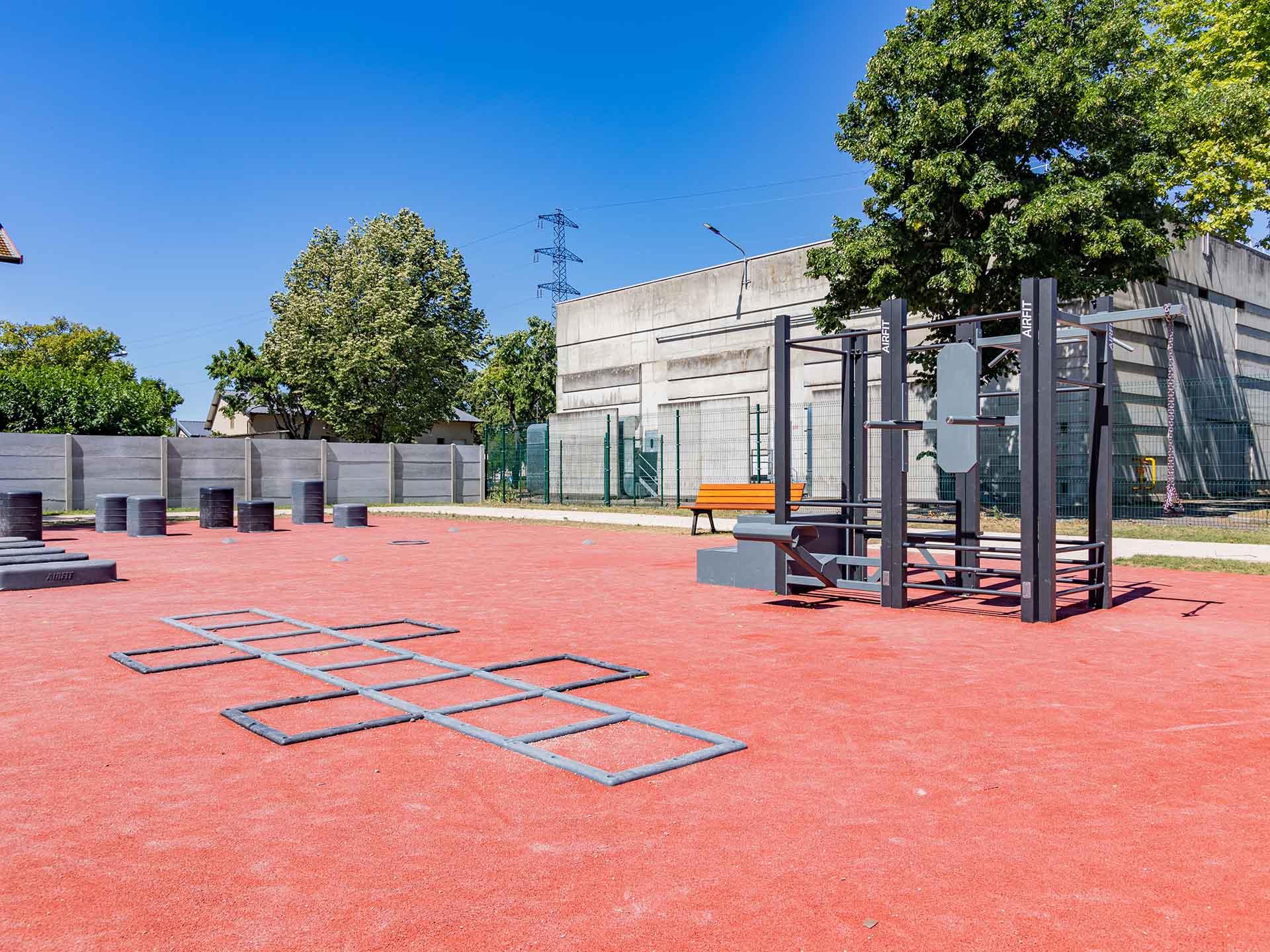 Photo de l'aire de fitness de la cité Berliet à Saint Priest avec l'échelle de rythme au 1er plan