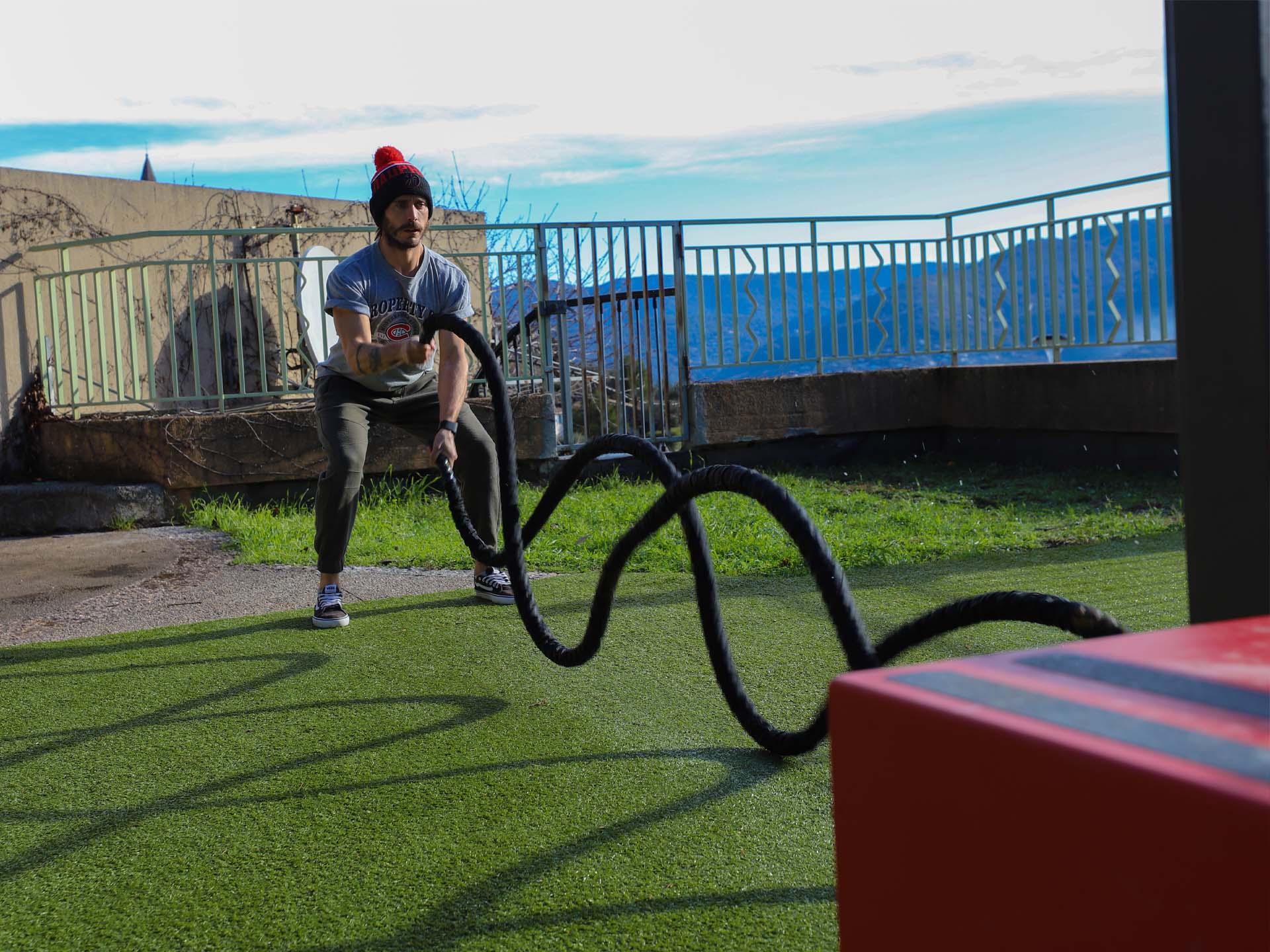 Photo d'un sportif utilisant les cordes à claquer sur le plateau sportif de Le Broc