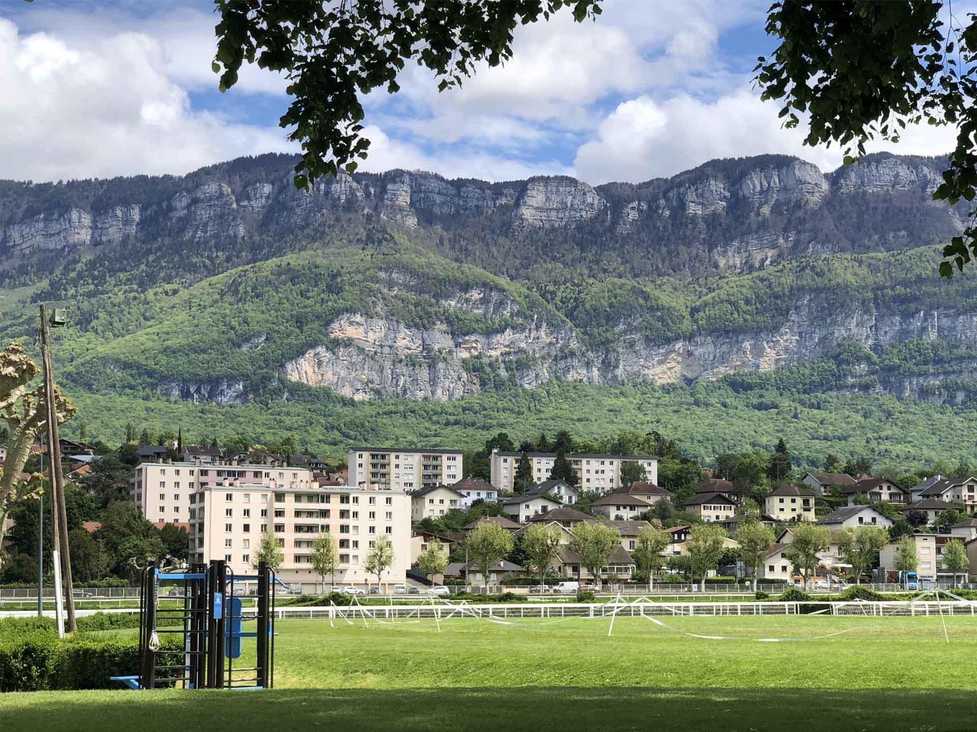Photo d'un équipement sportif AirFit à Aix les Bains avec les montagnes en arrière plan