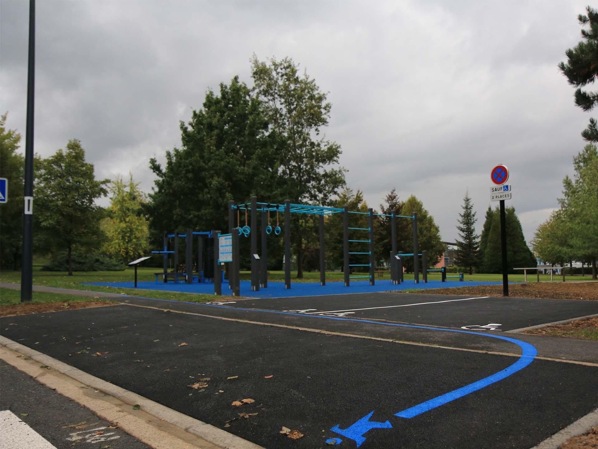 Photo de l'espace sportif de l'UPHF en bord de route près d'un parking handicapé