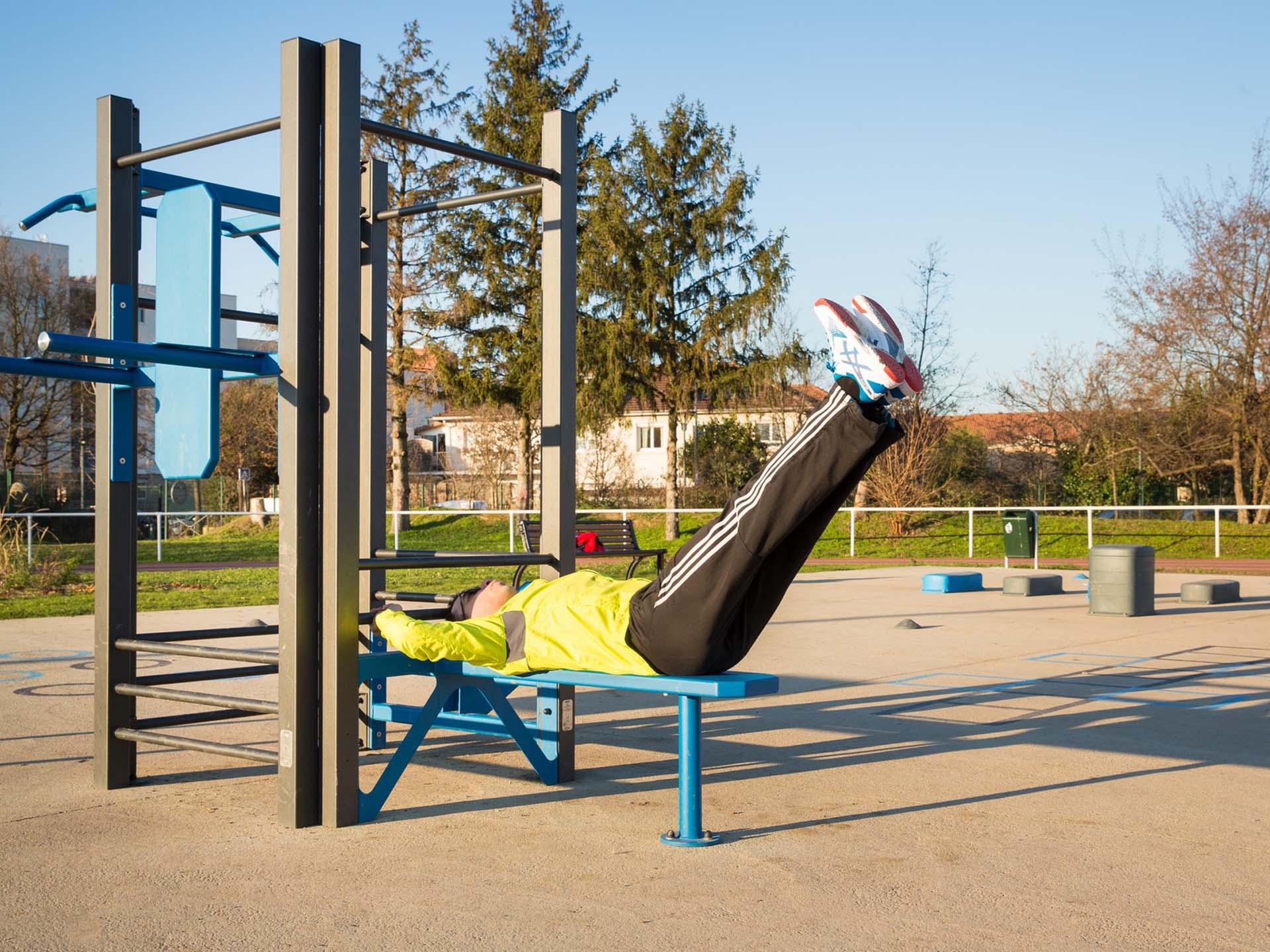 Photo d'un sportif faisant des exercices sur la Station AirFit de Vaulx en Velin